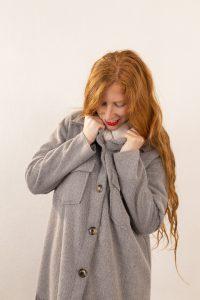 Abrigo mujer gris flecos